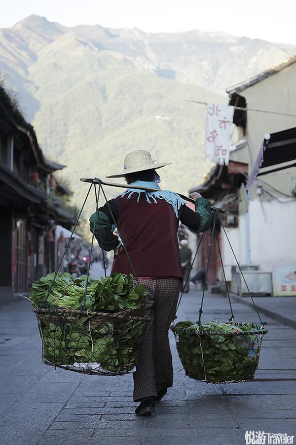 在喜洲,自行车是最好的选择,不仅是因为古城不大,更重要的是,如果开车,就破坏了乡村的宁静。蹬着车,...