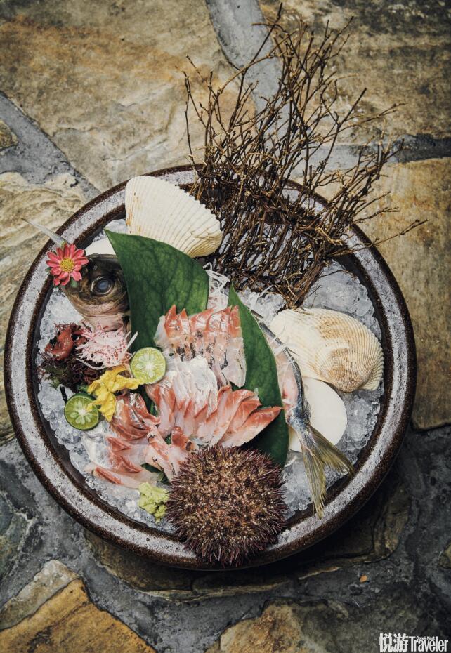 先让我们看看这些诱人的美食:北京金融街碳匠炉端烧的竹荚鱼刺身使用的是当日刚从长崎运来的鱼获。