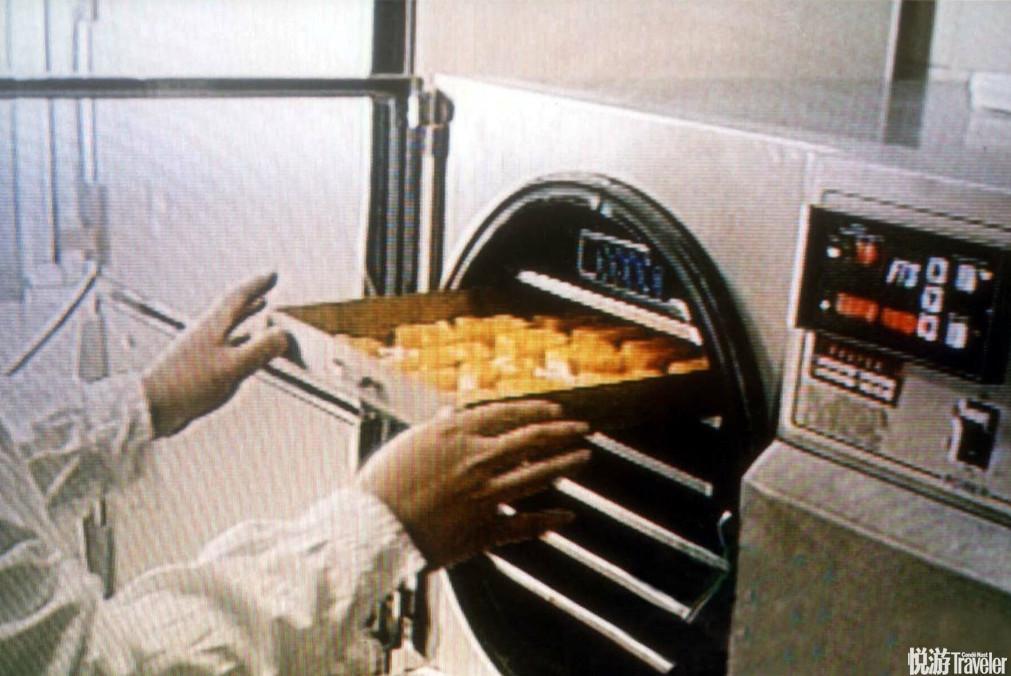 2003年2月6日,中国研制出丰富的航天食品:冻干哈密瓜。和我们在地球上吃的水果惟一的不同在于,这些水果...