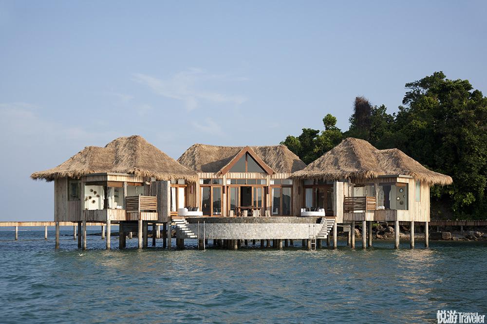 2011年,名為頌莎(Song Saa)的酒店開幕,只有27棟別墅,分別位于山頂和海邊。兩個小島之間用棧橋相連,...