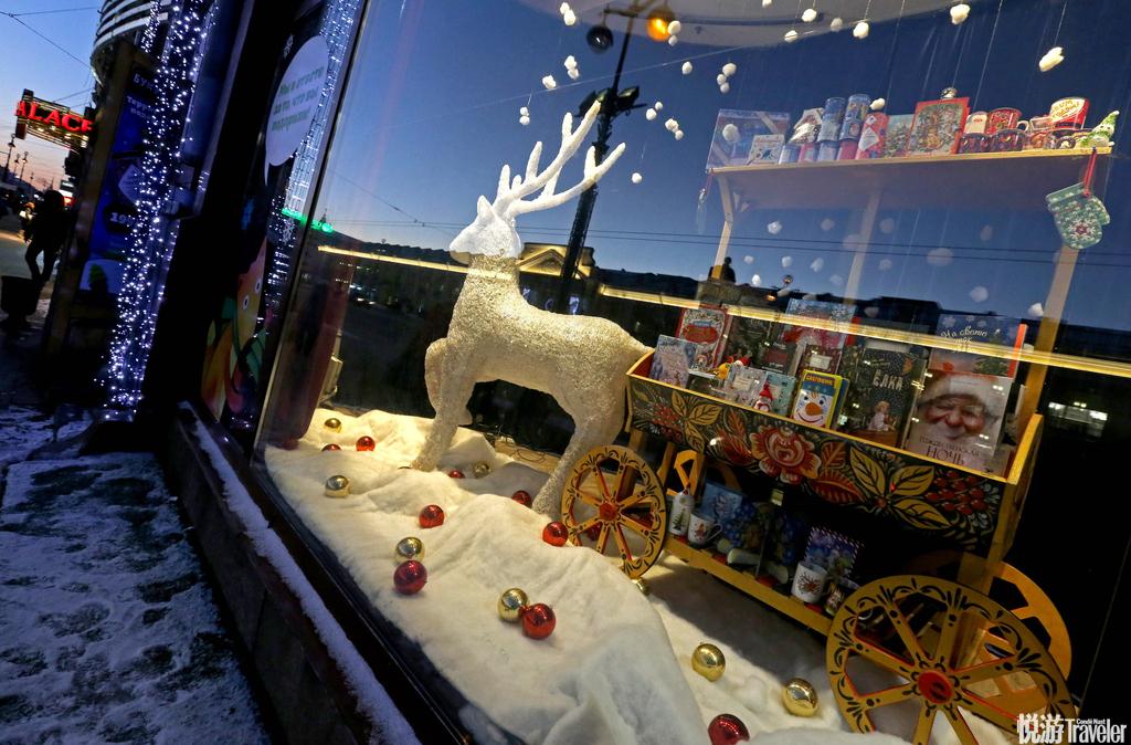 当地时间2016年12月6日,俄罗斯圣彼得堡,涅夫斯基大街上百货公司的圣诞橱窗。
