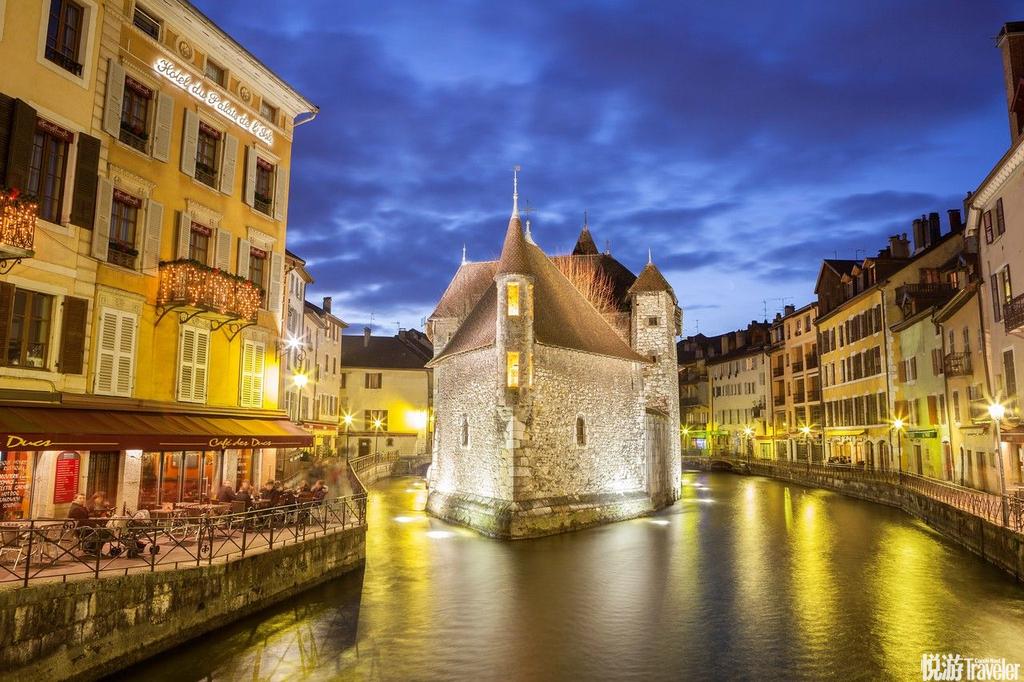 法国安纳西安纳西是法国阿尔卑斯山区最美丽的小镇。沿河的小街上都是露天咖啡馆、纪念品商店、旅店和餐馆...