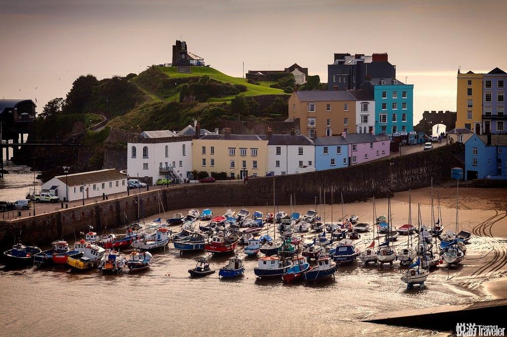 英国藤比来到英国韦尔斯南方的海滨小镇,旅客能享受绝美的海景和满布餐厅、小店、咖啡厅、和酒吧的圆石街...