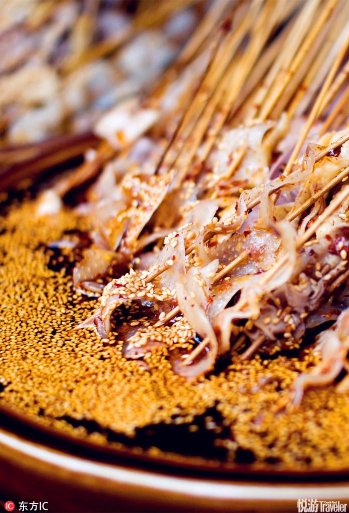 """钵钵鸡。在成都方言中,凡土陶制作的罐、盆、大碗统称""""钵钵""""。""""钵钵鸡""""从乡野走进大都市,基本保留麻..."""