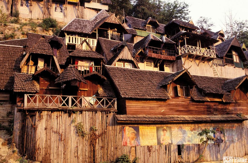 清莱 (Chiang Rai)这里是通往北部山区和缅甸、老挝边境的要道,质朴的山地村落、浪漫的湄公河以及神秘...