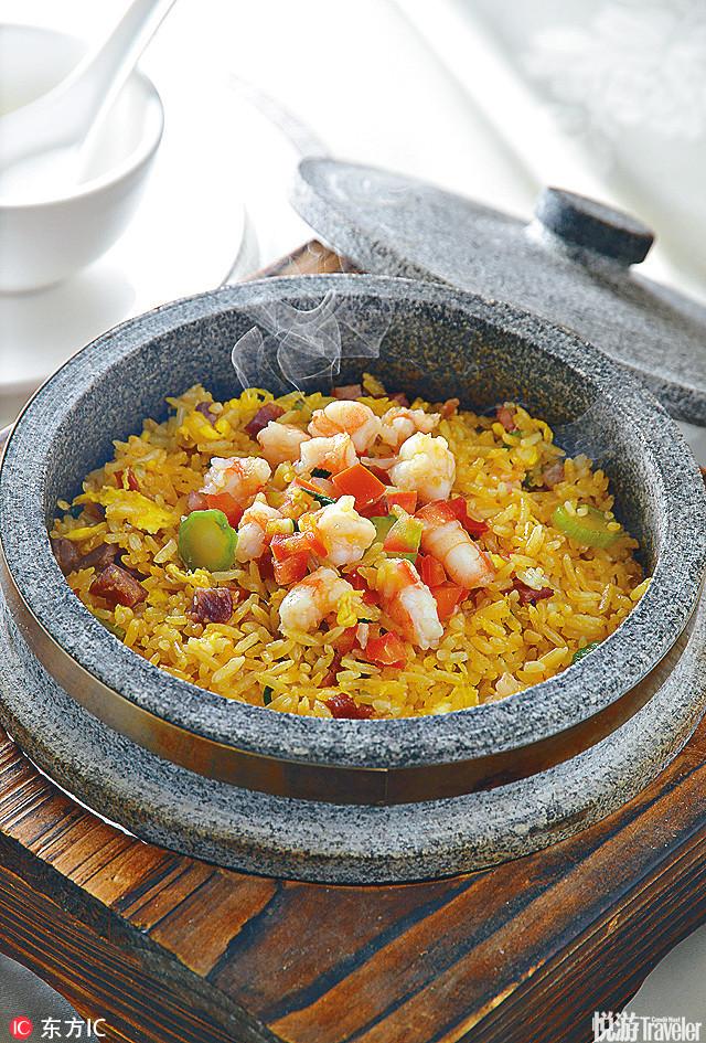 动画片中小当家刘昂星所做的第一道菜:黄金炒饭。在鸡蛋没打的情况下就直接将鸡蛋放入热锅之中,与米饭充...