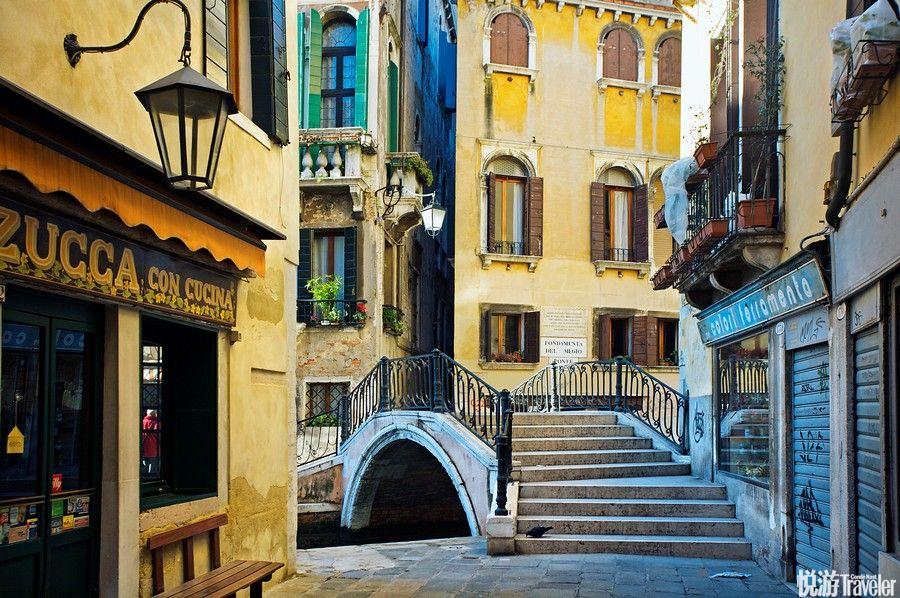 """浪漫都市威尼斯的风情总离不开""""水"""",蜿蜒的水巷,流动的清波,宛若默默含情的少女。"""