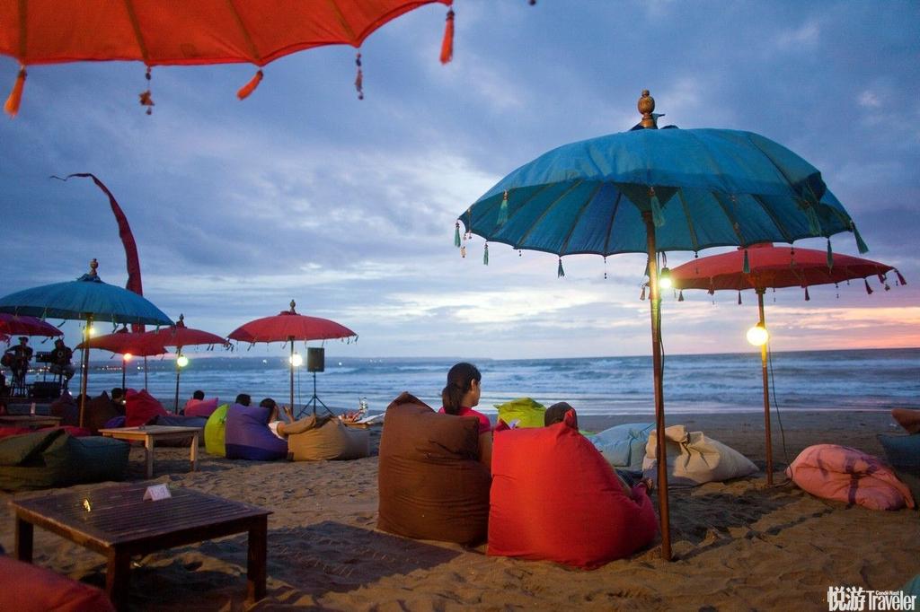 巴厘岛有最美的海滨浴场,沙细滩阔、海水湛蓝,能够喜悦地吃,安祥地睡,与万物众神共处———天堂不过如...