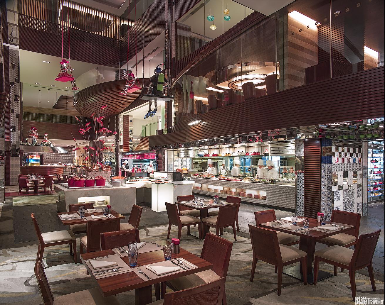18:00 海鲜盛宴。广州香格里拉大酒店妙趣咖啡厅推出的限时创意龙虾主题自助晚餐,就为钟情波士顿龙虾的食...
