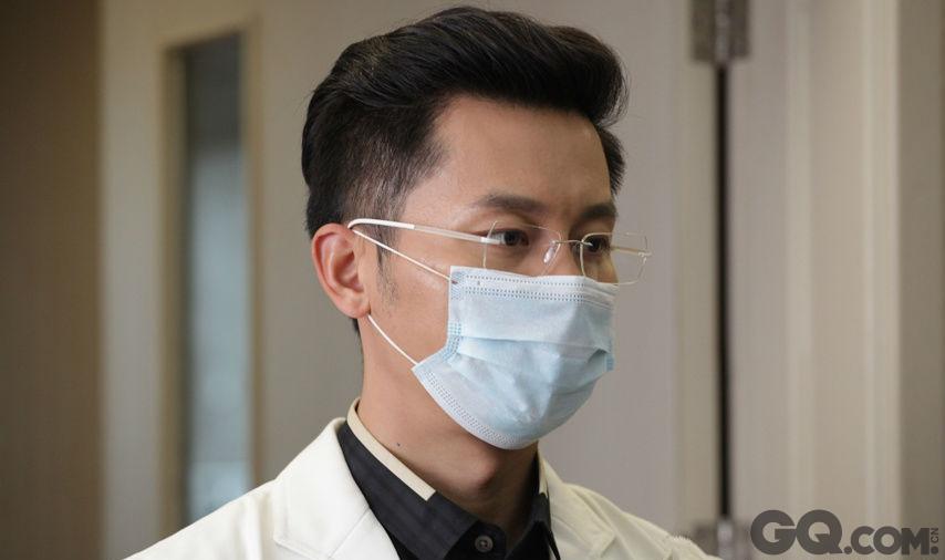 李晨在《到爱的距离》中也曾扮演过医生,金丝边眼睛让他看上去文质彬彬,不得不说,还真像一个医科大毕业的高材生。