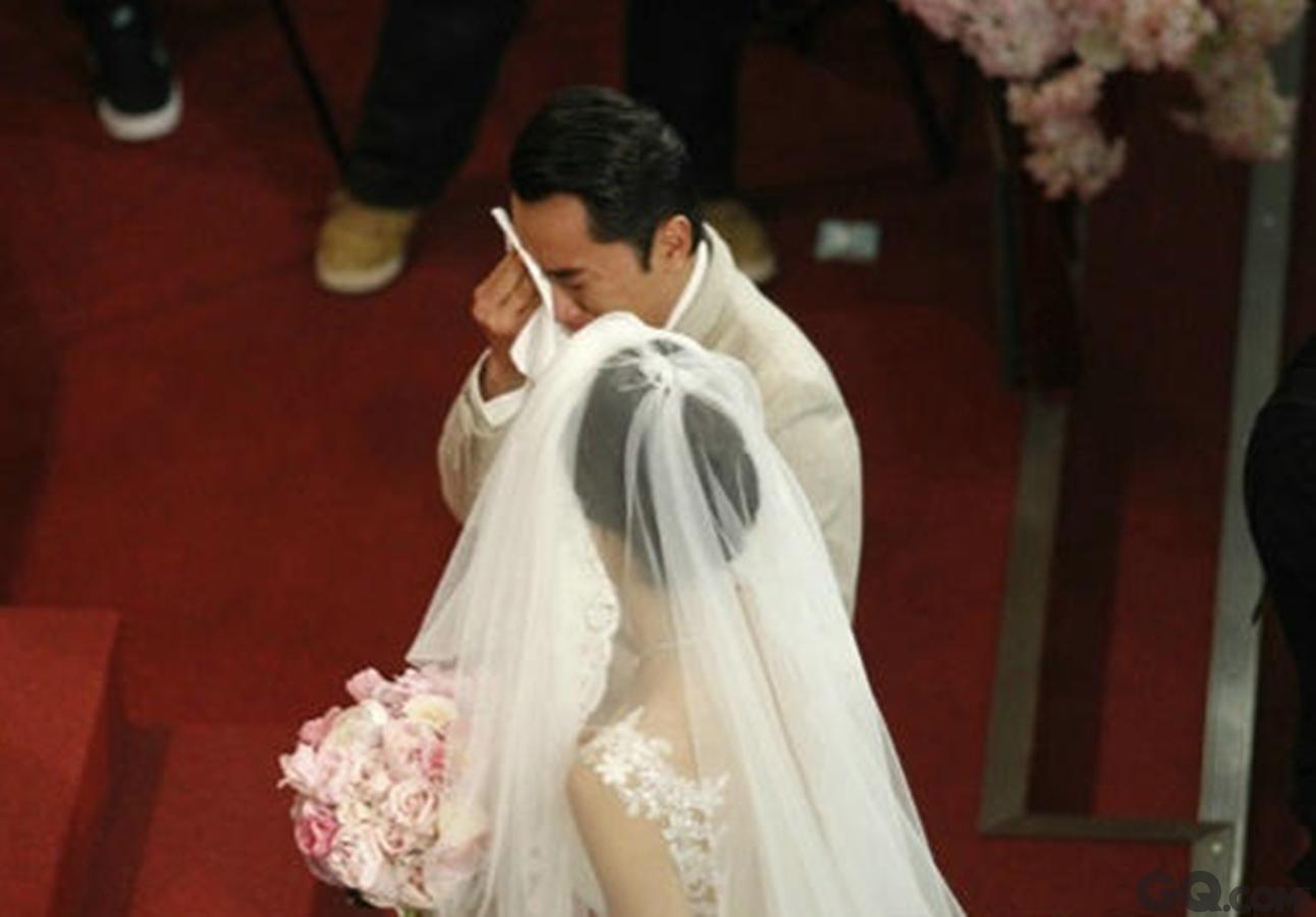 """仪式完成后,王祖蓝李亚男手牵手步出礼堂接受传媒访问。在婚礼上多次痛哭被指""""太挫"""",王祖蓝笑言:""""大家都看我平常笑容比较多,其实有些事藏在心里比较久,特别今天这个地方是伴随我成长的地方,感触特别多,亚男也哭得很厉害,只是她的头纱盖着而已。""""李亚男也表示:""""一走进教堂的时,看到很多爱我的人,我就忍不住了。"""""""