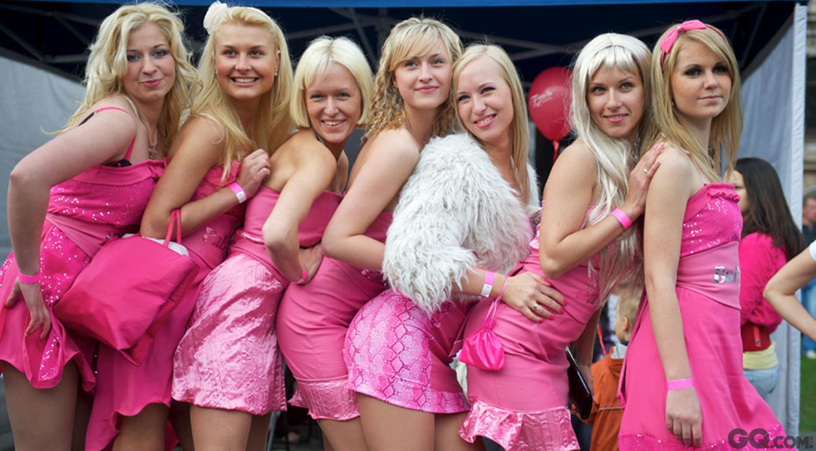 拉脱维亚虽然1918年才独立,但早在公元5世纪的时候就已经存在了,原被瑞典和波兰占领,后又被苏联兼并,故拉脱维亚姑娘兼具俄罗斯女性的美貌和西欧女性的优雅,同时还保有了民族传统,而且知识层次普遍较高。可爱的拉脱维亚姑娘们还在为追求自己的幸福努力着,祝愿她们都有一个美好的未来。