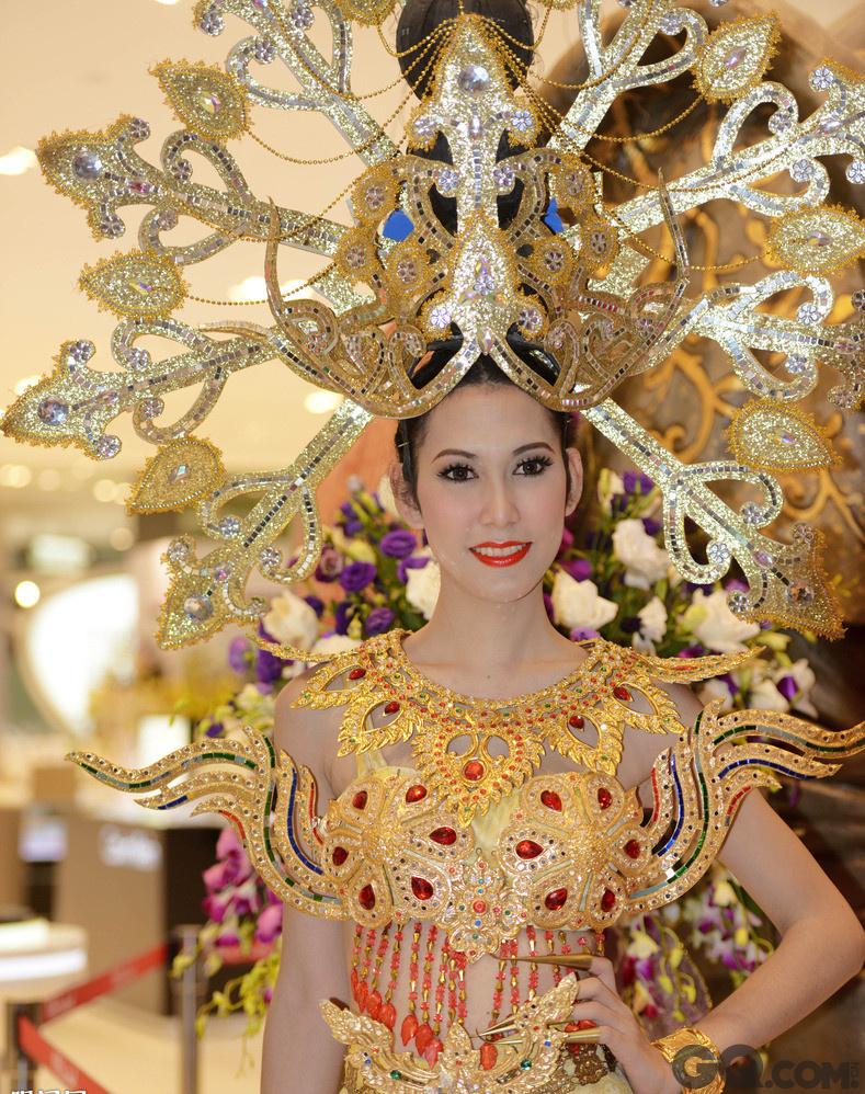 """泰国姑娘也有一部分很高挑,不同于一般的亚洲人种,她们有欧洲美女的窈窕身材和拉丁美洲美女们的健康肤色,因此泰国也是一个名模高产的国家,这种带有异域特色的模特们,给时尚界带来了一股新鲜的血液。与这些天然美女们相比,显然泰国还有更加香艳的一种""""美人""""——变性人。她们的面容精致至极,皮肤吹弹可破,纤细的身材却有凹凸有致的曲线。并且泰国每年还会有变性人的选美大赛,看着参赛佳丽们婀娜的身姿,完美的面庞,怎敢想象她们竟是男儿身呢。她们让泰国变成一个真正的女儿国,一个男人和女人都喜爱的性感天堂。泰国美女也许不是最夺目最优雅的,但她们的清新自然,她们的窈窕时尚,她们的乐观坚强都将成为这个国家的象征。"""