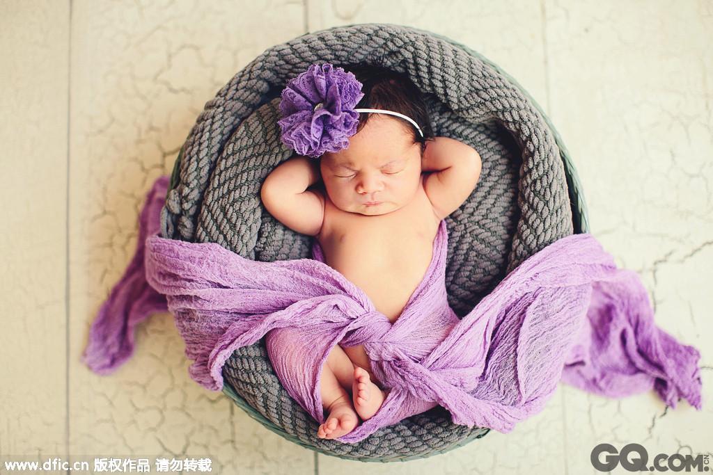 美国罗德岛34岁的摄影师Tracy Lynn Sweeney拍摄了一组睡梦中的宝宝写真,最小的宝宝才7天大。其中一张照片中,小宝宝被扮成绝地大师尤达的造型,向正在拍摄的《星球大战》电影致敬;另一张照片中,小宝宝枕着自己的双手,悠闲自在地躺着打盹儿;还有一张照片里,一对双胞胎宝宝被放在靴子里,模样甚是可爱。在摄影师温馨的镜头下,这些新生儿们就像是睡梦中的天使,实在是太可爱了!快去摸摸你的胸口,看看小心脏有没有被融化!