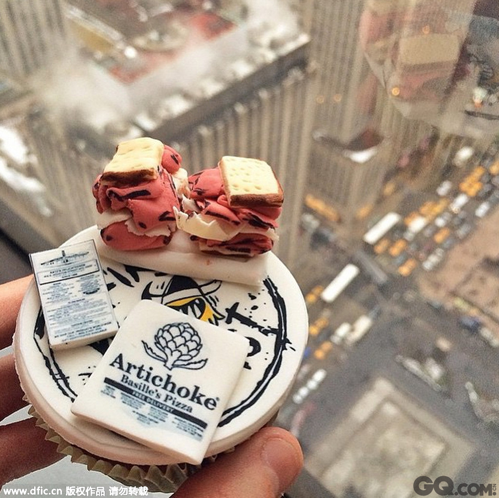 近日,住在纽约的Carolina Wang和Benny Lina推出了令人惊艳的名人肖像造型蛋糕。自2014年起这两名EatGoodNYC的创始人就开始用面粉和软糖料制作名人肖像并且大获成功。甚至超模卡拉-迪瓦伊都被人看到拿着以她为原型的肖像蛋糕自拍。你看到这样的蛋糕还人心下嘴吗?去看看吧。