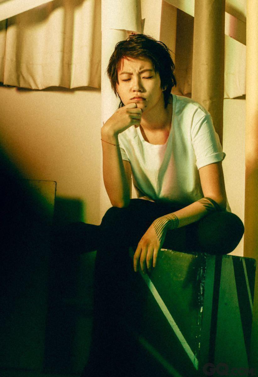 """作为窦唯和王菲的女儿,可以说整个华语乐坛一直在期待窦靖童的长大。星二代窦靖童也没有辜负好基因,15岁就发布了自己的首支原创单曲《with you》,刚刚结束了在台湾""""春浪音乐节""""的表演,大受好评。其实早在2012年,不少人就被童童的声音圈粉了。"""