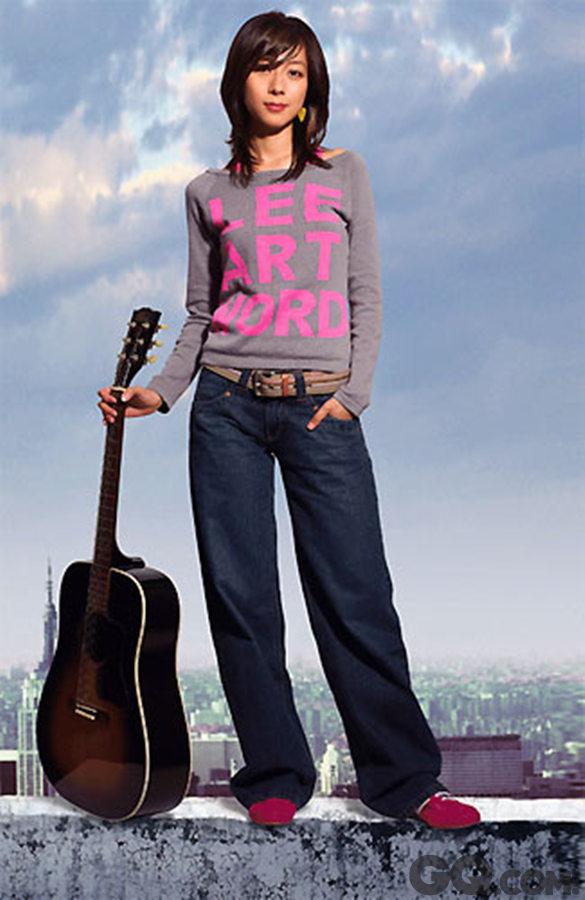 """陈绮贞 """"你离开我,就是旅行的意义""""陈绮贞从唱遍天桥、书店的独立音乐人,一直到如今,成为大家耳熟能详的陈绮贞。从小受钢琴老师的妈妈耳濡目染,十七岁拥有第一把自己的吉他后便开启了她的创作生涯,她的作品总是这么云淡风轻,却又保持着""""陈绮贞的温度"""",没有多余的喧嚣,就这么静静做着属于她自己的音乐。但正如钻石在黑夜中也会发光,绮贞的好作品,歌迷都有目共睹,也受到许多大奖的青睐,相信往后的绮贞,也会继续用独特的风格,带给大家更多好作品吧!"""