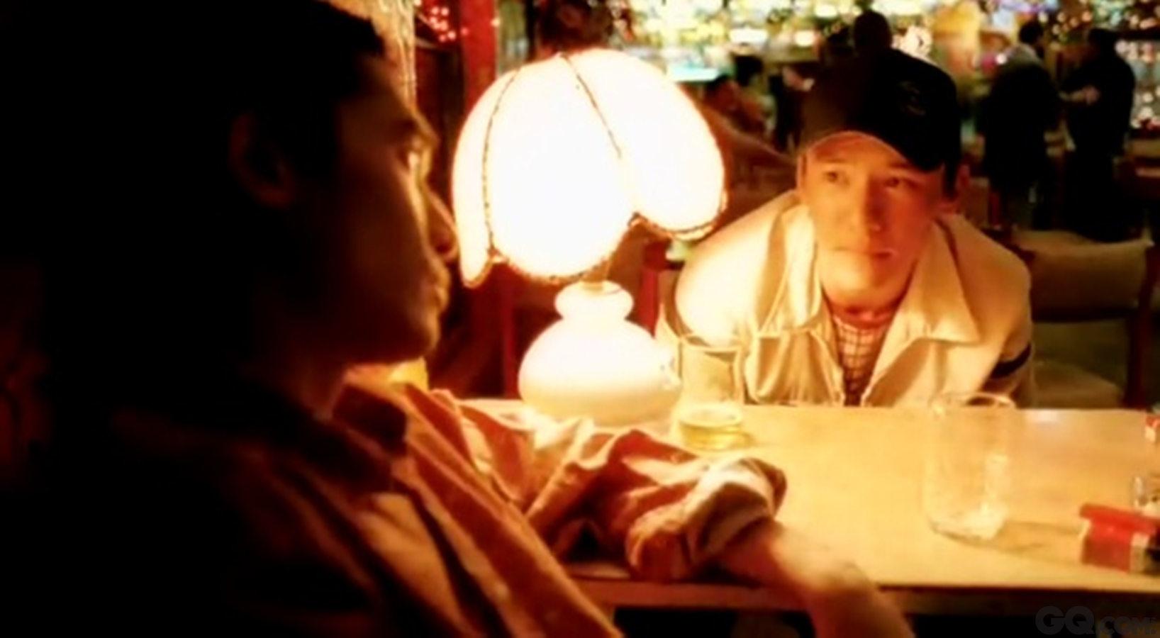 1997年,张震被香港导演王家卫赏识,与梁朝伟、张国荣合演《春光乍泄》。还凭此片角逐法国戛纳国际电影节最佳男主角,提名香港电影金像奖最佳男配角。而时至今日,张震与王家卫数度合作,张震已经不是当年的青涩小生,而是贵为影帝。但是,在王家卫面前,张震依旧谦逊低调,听从指挥。