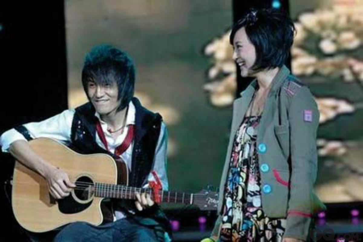 朴树是独一无二的,他平淡的歌声吸引了现在的妻子吴晓敏。吴晓敏非常喜欢听《白桦林》,每天都听,她不仅喜欢听,还想嫁给偶像,最后如愿以偿。