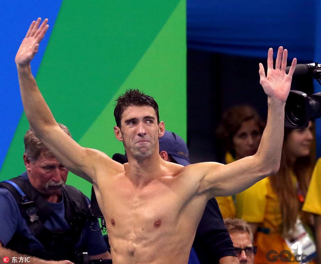 """或许本届奥运会难以会给里约带来太多赞誉,但""""上帝之城""""始终受到眷顾,日前,里约奥运会的游泳项目已经全部结束。最后一个游泳比赛日,里约上演了一幕幕接力大战,美国泳坛名将、战神菲尔普斯担任4×100米混合泳接力中蝶泳的一棒,毫无意外,为美国队再添一金,这也是他个人第23枚奥运金牌,为他里约奥运之旅圆满地划上了句号。此前,菲尔普斯就对媒体宣称,里约奥运会之后,他将退役。接力结束后,菲尔普斯也在泳池边坐了许久,再起身时,眼眶泛红。"""