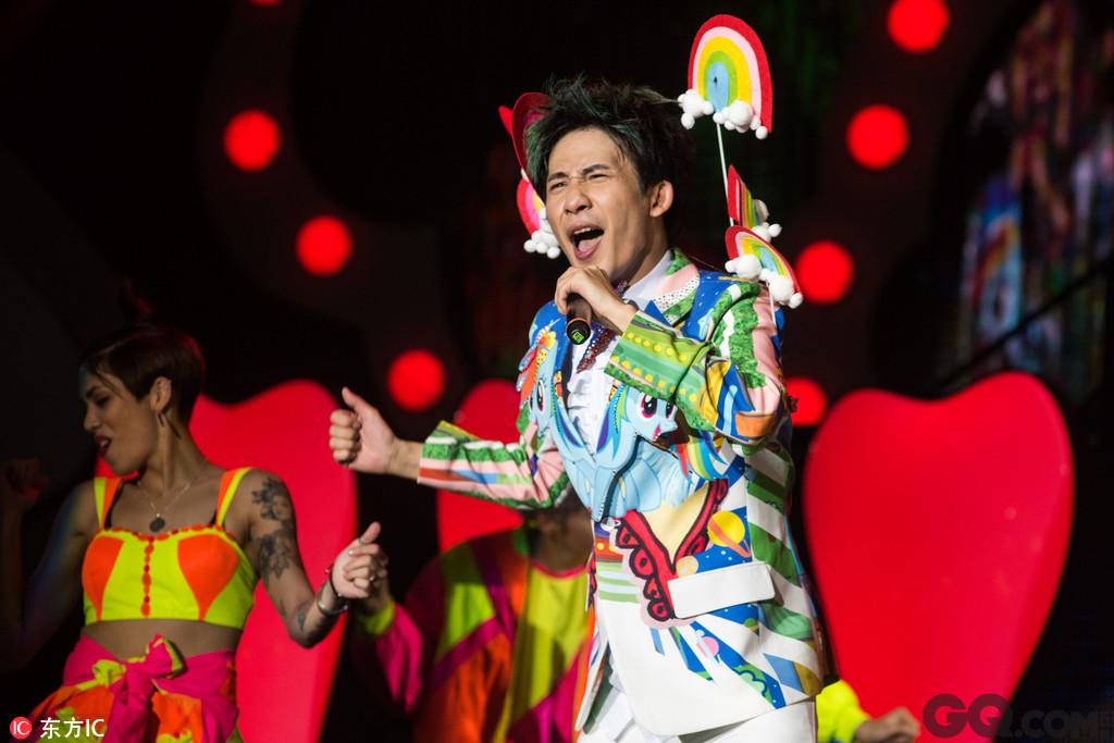 """继北京、武汉、广州站个唱之后,此次上海站演唱会集夜店、综艺节目、脱口秀、嘉年华等多种元素于一体,更以EDM、摇滚、歌舞秀、相声、小品等形式穿插表演,大张伟再次玩儿转""""人间精品起来嗨""""。开场的短短的几十秒中,进行了《人间精品起来嗨》与《咻一咻》《化蝶飞》等歌曲的串烧。"""