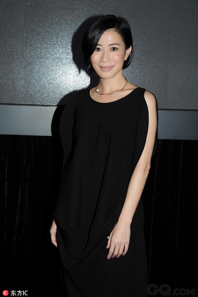 张智霖与曾经的绯闻女友佘诗曼及林家栋合演惊悚片《常在你左右》。