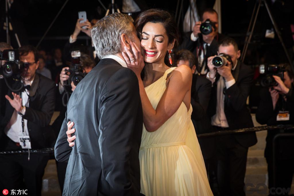 过去乔治坚持不婚不生,遇到爱默后彻底改变。乔治克鲁尼于2013年与妻子Amal相遇,并于2014年4月订婚,同年9月二人在意大利威尼斯举行婚礼。这场婚礼可以说是非常豪华!一连在威尼斯举办了四天之久!花费更是上千万欧元!