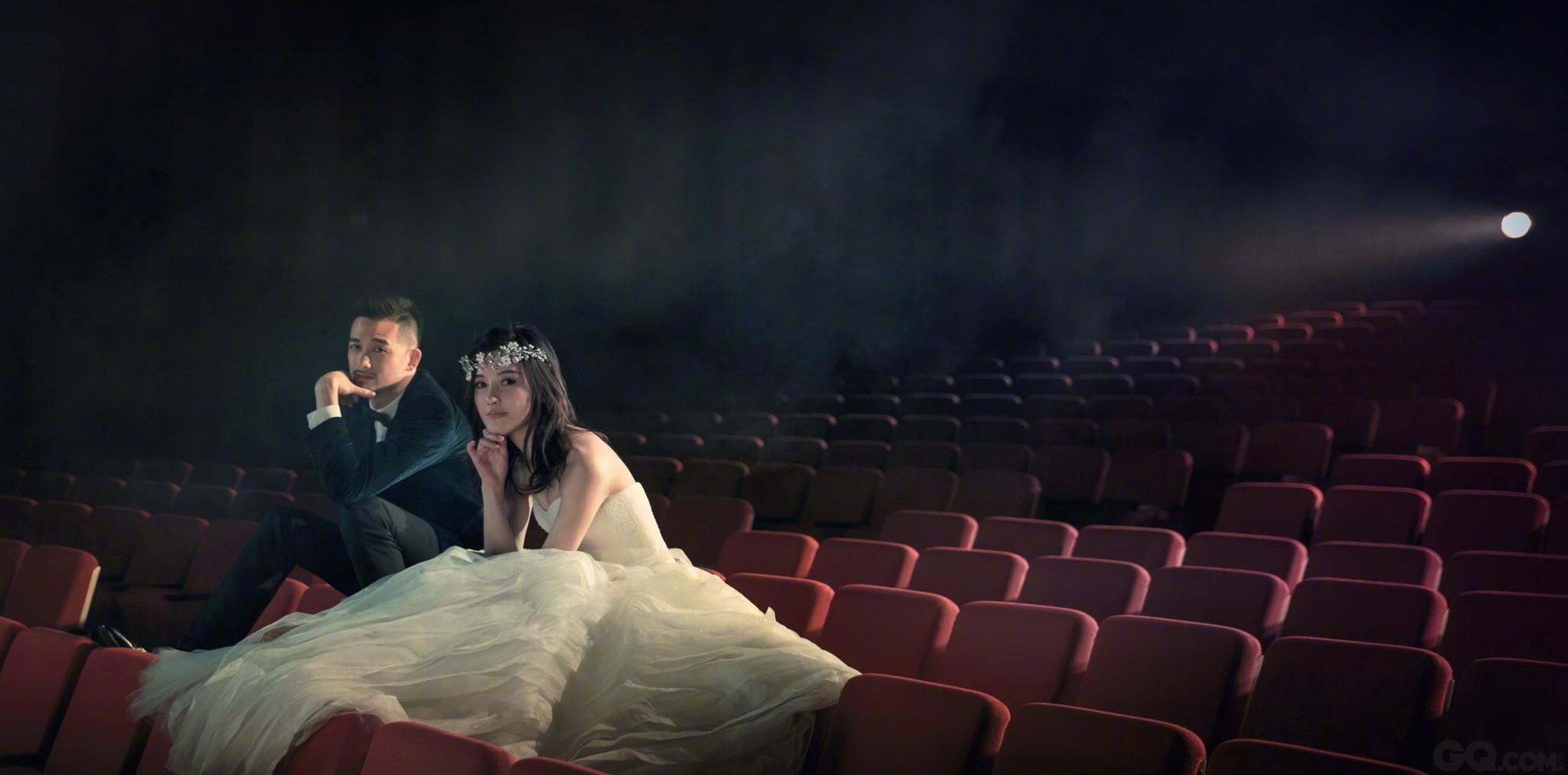 """日前,""""天姗""""夫妇极具创意的婚纱照正式曝光,这套由陈正道领衔的全电影制作团队打造的大片充满甜蜜的心思,随之曝光的还有二人的婚礼礼盒与请柬,每个细节都包含了两人幸福的痕迹。"""