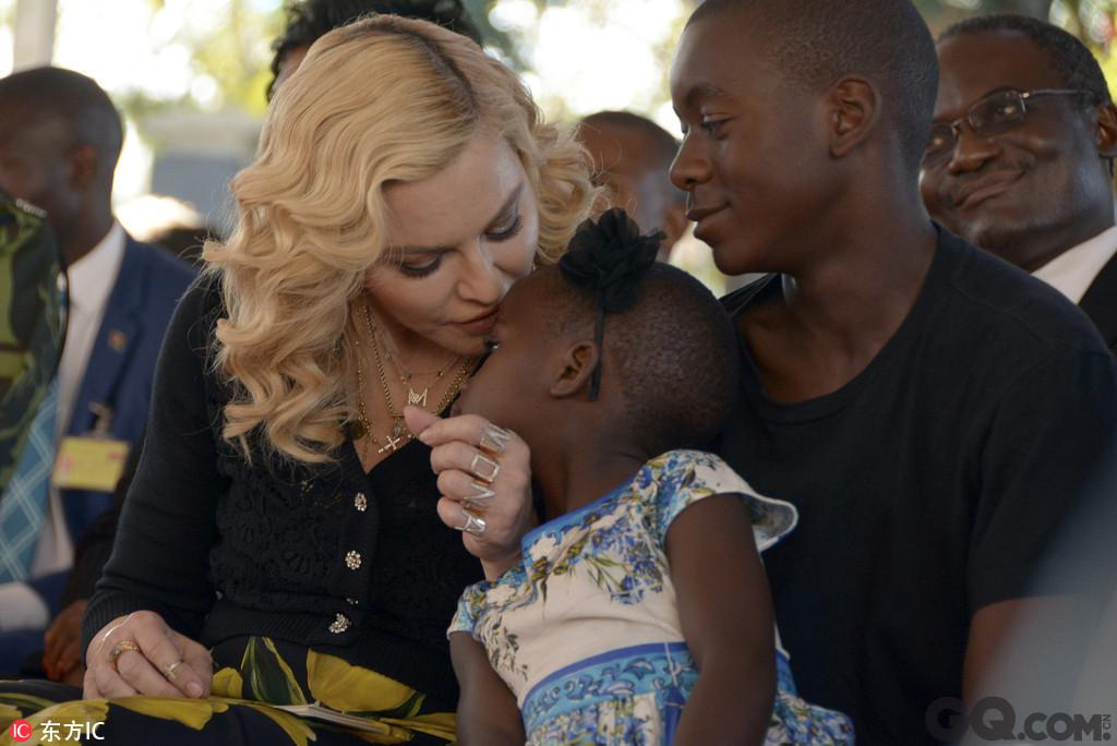 日前,麦当娜造访马拉维,期间与民众大跳当地舞蹈、亲养女额头,现场画面简直暖爆了。
