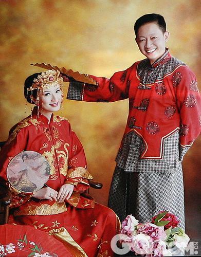 """王志文的老婆陈坚红,是标准的上海姑娘,早年曾出入T台,在模特界颇为有名,与已故画家陈逸飞的名模妻子宋美英颇有交情。不过如今这位名模已经成为一位成功的女老板,王志文的妻子堪称""""千金""""。她在上海延安路的上海戏剧学院旁拥有一家车行,专卖欧陆名牌跑车兰博基尼,她自任董事长兼总经理"""