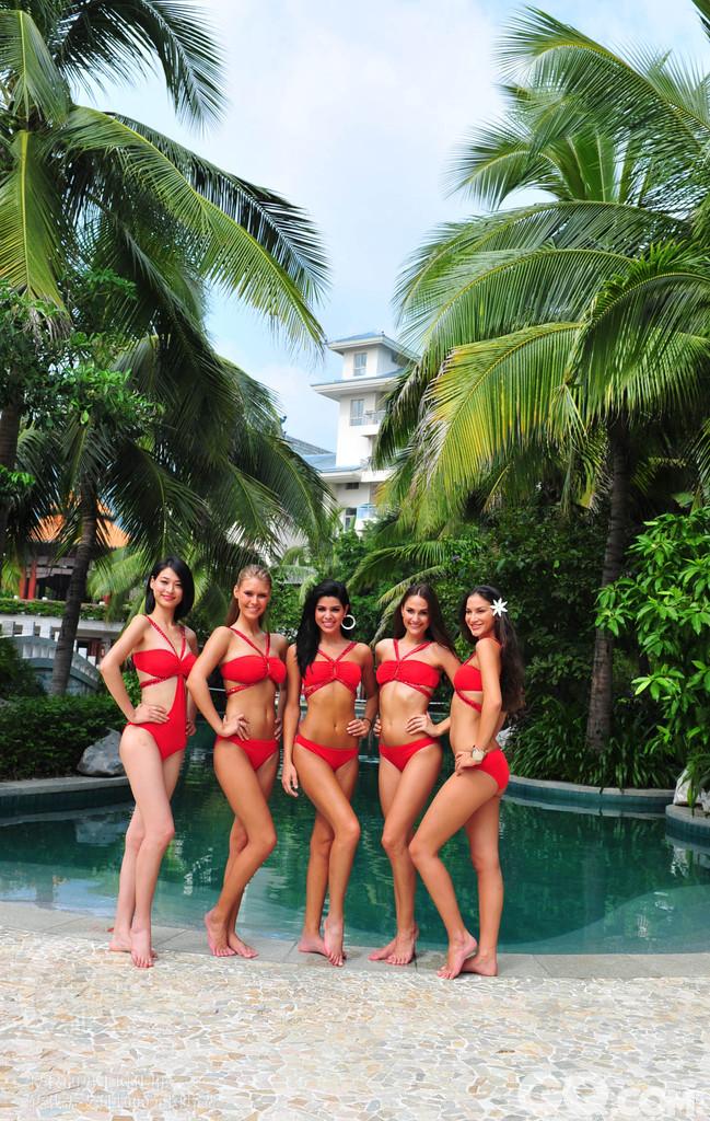 2010年10月25日,海南省三亚市,参加第2010世界小姐总决赛的佳丽在亚龙湾展示曼妙身材。