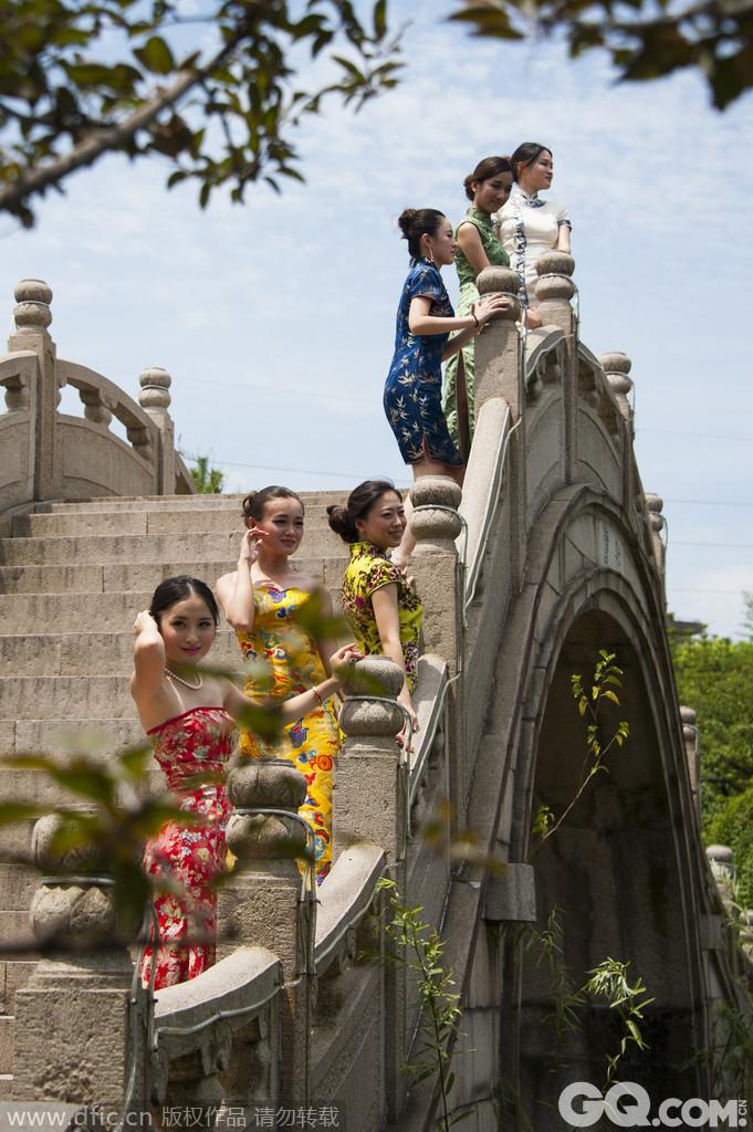 2013年7月28日,江苏太仓,南园为太仓明代万历年间首辅王锡爵赏梅种菊处,距今四百多年历史。第63届世界小姐上海赛区的30位佳丽的到来更为古色古香的南园增添了不少的色彩。