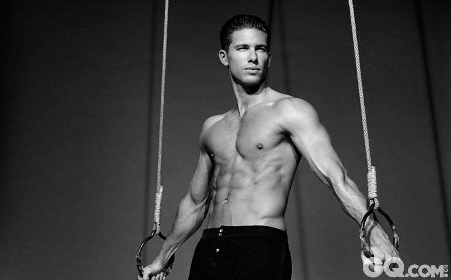 Adam Senn在模特界可说是一帆风顺。他外貌不算太标致,但胜在可塑性强,几乎适合所有造型。AdamSenn几乎成为Gucci和Dolce&Gabbana的御用模特。