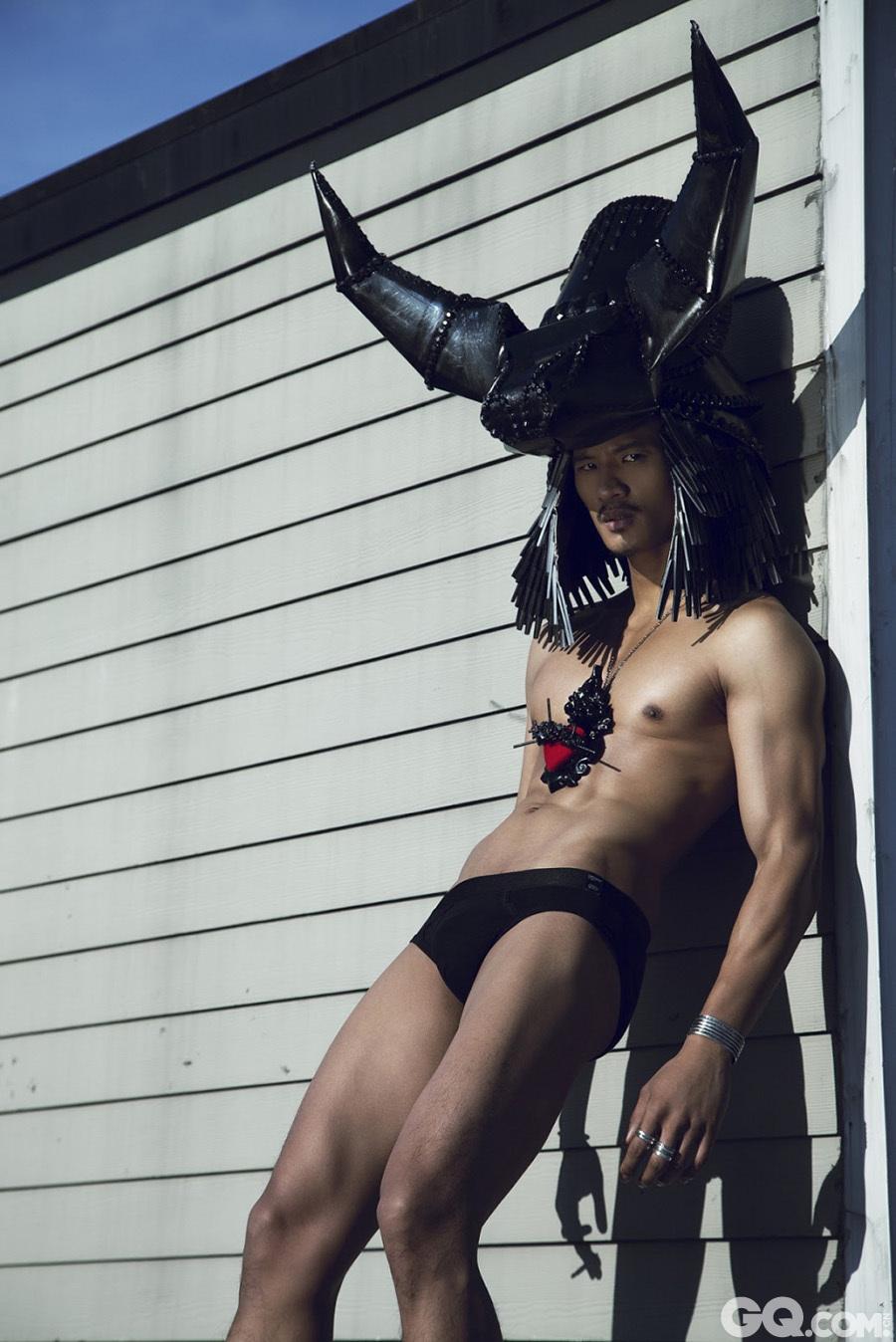 """2010年Givenchy秀场最红亚裔新人,引起广泛关注的新脸孔Paolo Roldan,健硕的身姿,淡棕色的健康肤色打破了欧美T台上""""非黑即白""""的肤色垄断。"""