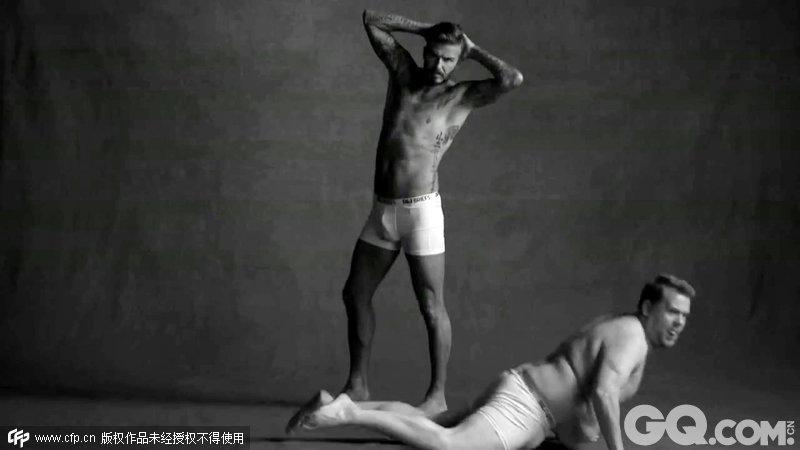 万人迷贝克汉姆(DAVID BECKHAM)与詹姆斯-柯登(JAMES CORDEN)合拍某品牌的内衣广告,片中,小贝一脸正经阳光帅气,而柯登则是肚大腰圆形成鲜明对比。