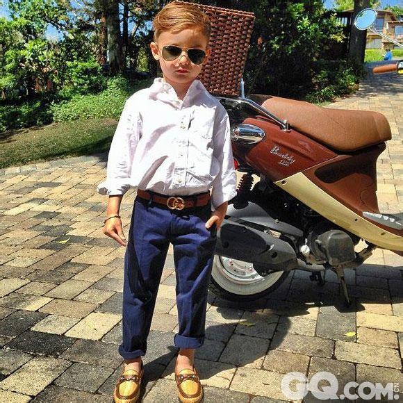 在美国,除了像华裔设计师Alexander Wang的侄女Alica在刚会走路时就一身潮人装扮,超模男模Brad Kroenig的儿子Hudson Kroenig在三岁的时候就已经成为Karl  Lagerfeld的灵感缪斯外,现如今,一位年仅五岁的小男孩Alonso Mateo就成为网上穿衣最潮的超级明星了。