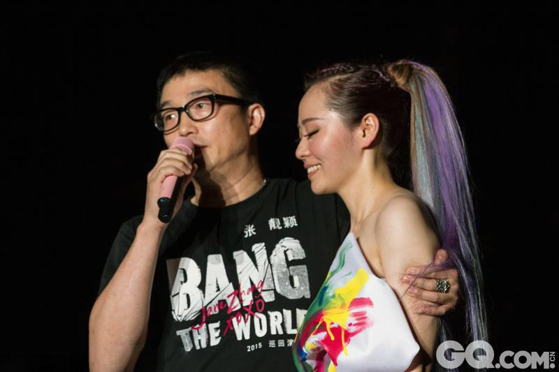 明星们在演唱会或节目舞台上求婚示爱已不是什么新鲜事儿,让我们借此回顾一下吧。
