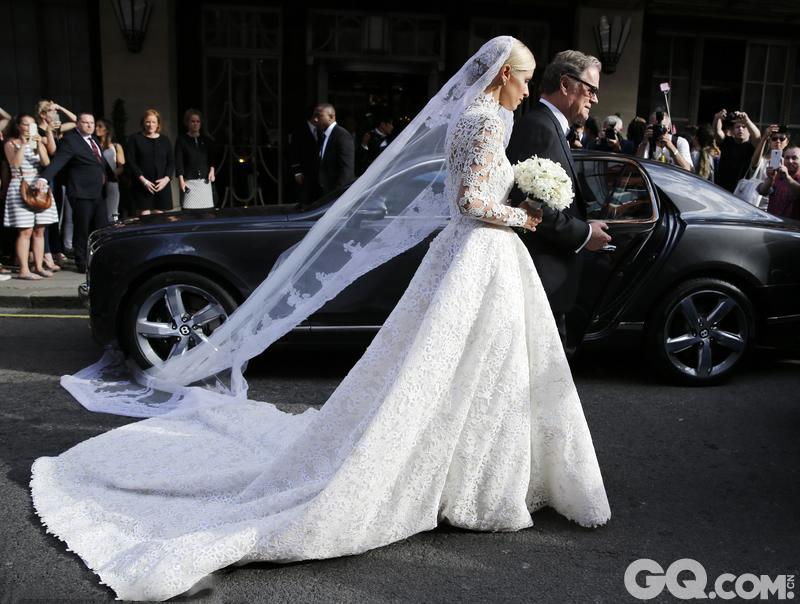 婚礼唯一美中不足的部分是,新娘下车后发现拖地婚纱被宾利车压住了一角,使得她无法前进,最后还是在办事人员的帮助下好不容易把婚纱从轮胎下拽了出来。