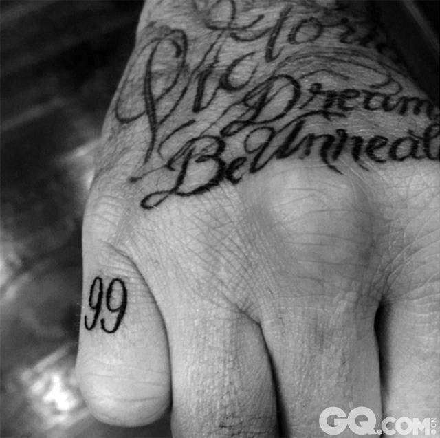 """英国《每日邮报》8月4日报道,大卫·贝克汉姆近日在左手指上纹了数字""""99""""以纪念他生活中最快乐的岁月。1999年,他和维多利亚结婚,并随曼联队横扫欧洲豪夺三冠王。因此""""99""""这个数字无论对小贝的球员生涯还是人生来说都是非常神奇和幸福的。据统计,他身上已有多达40处文身,每一个的形状、图案和整体布局都经过精心设计,而且都具有特别的意义。"""