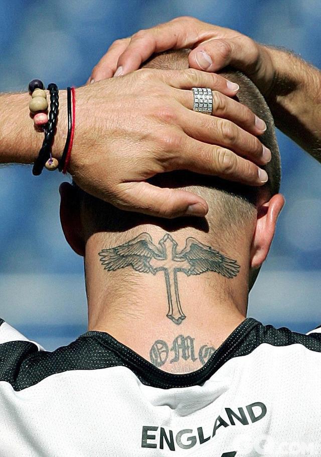 除了背部的守护天使外, 小贝2004年在脖子上又添加了另一个宗教象征:带着翅膀的十字架。