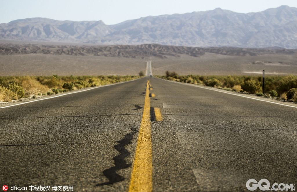 死亡谷国家公园位于内华达和加利福尼亚的交界处,距拉斯维加斯车程约两小时,于1933年建立,是美国本土最大的国家公园。死谷海拔很低,所以气候异常炎热,且昼夜温差大,夏季不易前往,冬季是最佳旅行时间。死亡谷具有非常丰富的地质地貌,其中峡谷、雪山、火山口以及各式各样的断层和冲积扇平原等都是公园的参观重点。
