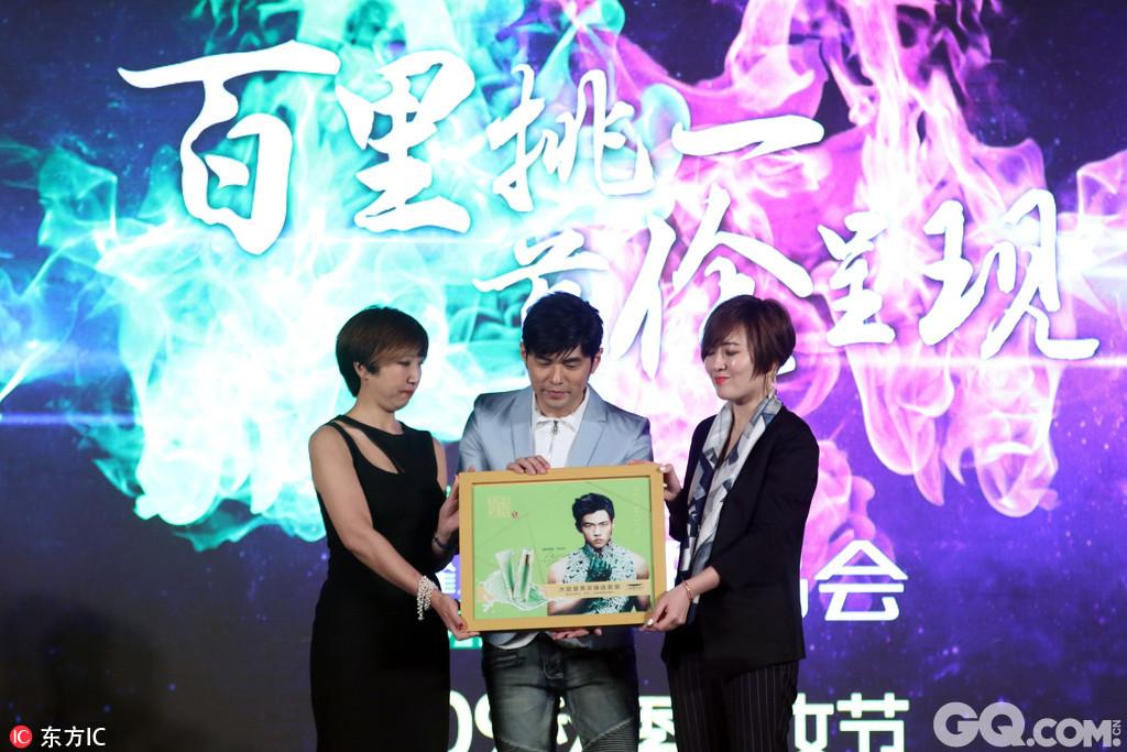 上海,周杰伦出席百雀羚品牌活动,百里挑一,首伦呈现。百雀羚x唯品会美妆节。与黄子佼现场互动。
