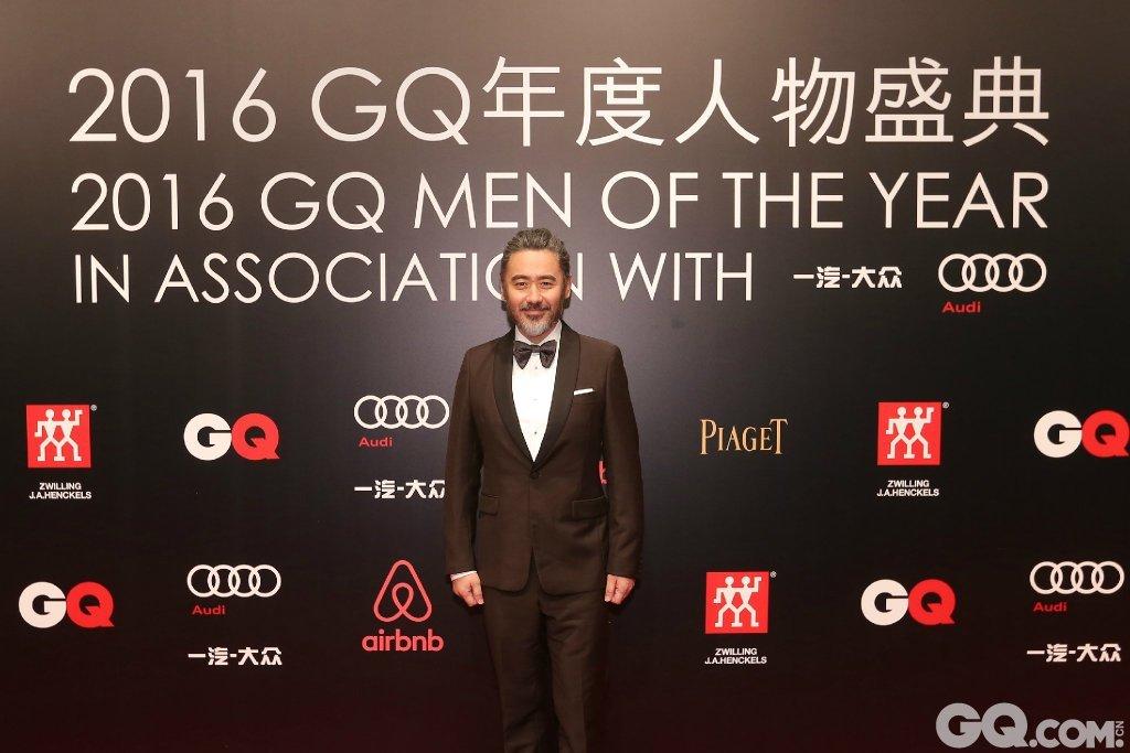 吴秀波身着Prada棕色套西装、John Lobb鞋、suitsupply袖扣、Brunello Cucinelli黑色领结出席。