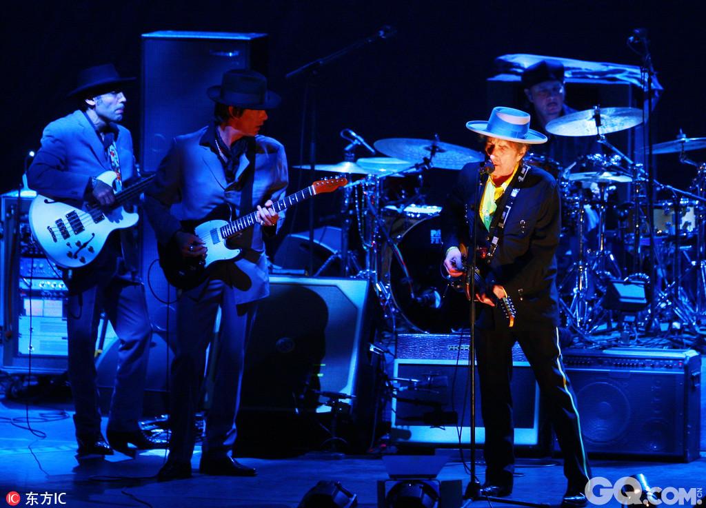 当地时间10月13日,瑞典,瑞典学院宣布,2016诺贝尔文学奖获得者是美国唱作人、民谣歌手、诗人鲍勃-迪伦(Bob Dylan)。鲍勃-迪伦被认为是20世纪美国最重要、最有影响力的民谣歌手。迪伦1941年出生,1961年发布首张专辑。他在流行音乐界和文化界的影响甚广,影响了一大批同时代和后来的音乐人。