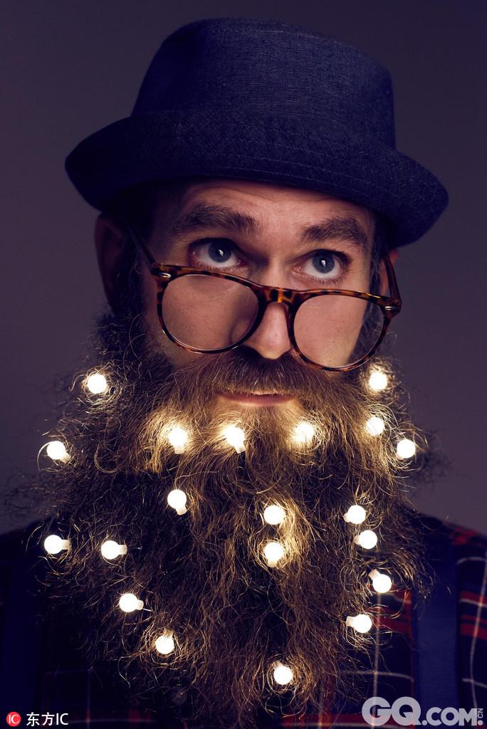 英国伦敦,又到了一年一度男人们把胡子装饰成圣诞树的时候了。今年的圣诞季,伦敦东村E20的圣诞市场推出为绅士们装饰胡子的服务,可以给你的胡子装饰上各种梦幻的小彩灯,让你变成一棵行走的圣诞树!