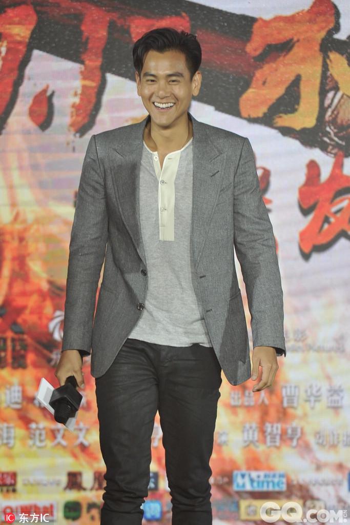 电影《悟空传》在北京的首映礼上,导演郭子健、编剧今何在携主演彭于晏、倪妮、余文乐、郑爽、乔杉、杨迪、俞飞鸿登台。郑爽以素雅长裙示人,倪妮则以露肩上衣配红裙十分抢眼。