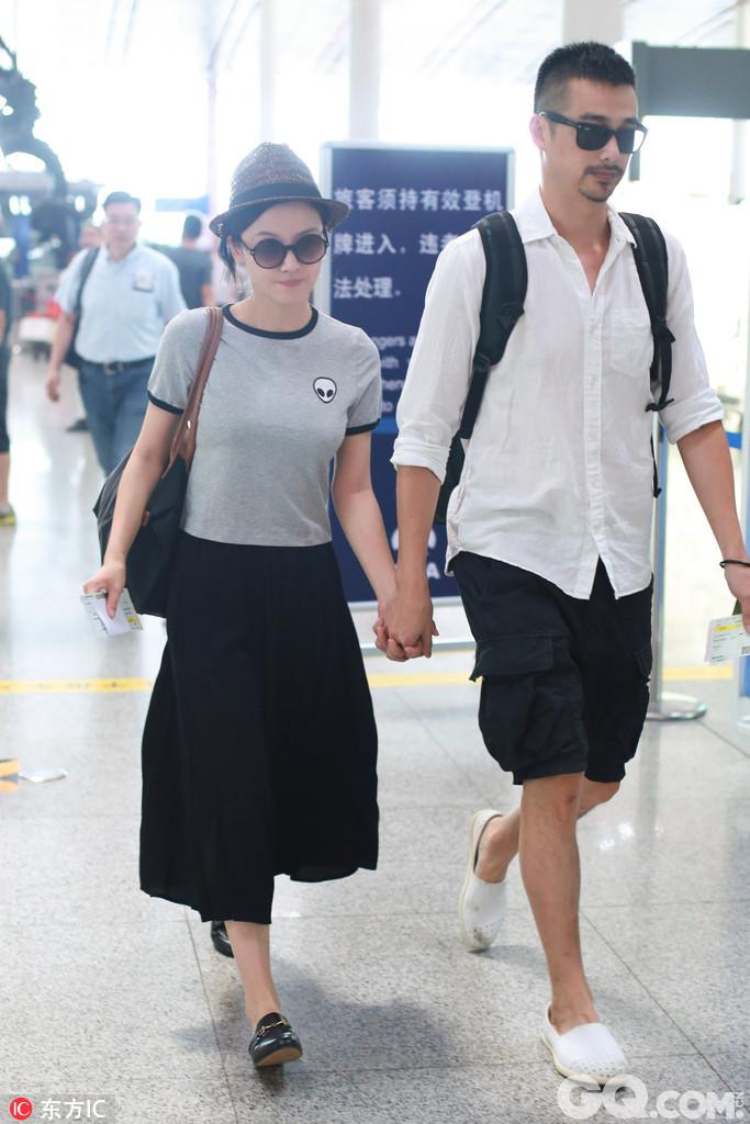 2017年8月8日,北京,杨子珊、吴中天现身机场。两人现身时就是手牵手的状态,杨子珊跟在老公身后,看上去小鸟依人的样子,十分甜蜜。