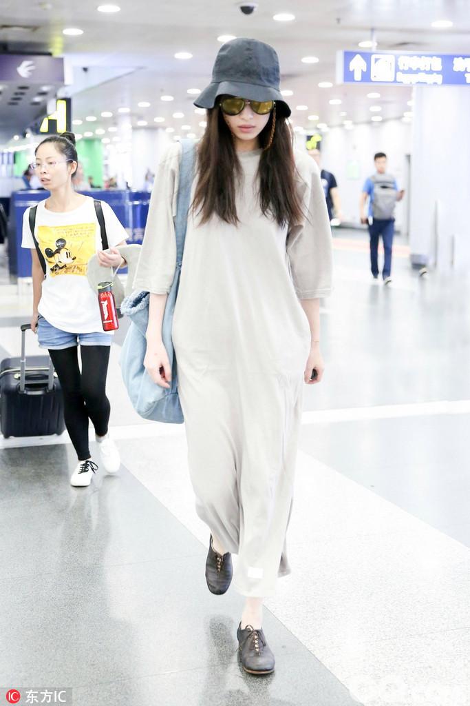 2017年8月11日,北京,倪妮现身机场。