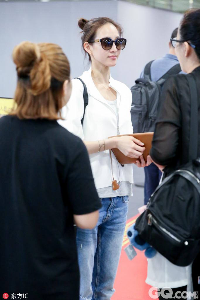 张钧甯现身机场。