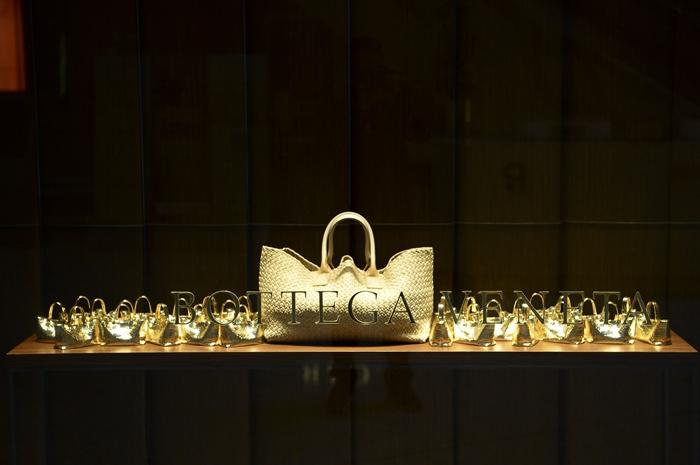 "Bottega Veneta推出《编织的艺术》全球巡回装置展(Behind the Intrecciato),以品牌最具代表性的三款经典手袋作品——Veneta、Cabat和 Knot为装置主体,邀请观众走进""手袋""内部,深入探索编织艺术之奥义,身临其境般感受品牌的悠久传统、精湛工艺和无穷创造力。"